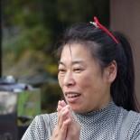 お母様・幸田理子さんと一緒に自宅で理容店を営んでいたのが幸田笑美さん。津波で家を流された後、仮設住宅に暮らしながら現在は4坪のプレハブ店舗で理容店を再開しています。どんな時もお日様をまっすぐ見上げる「ひまわり」のように、明るく元気なのが笑美さんです。親娘それぞれの自分史にご注目ください。