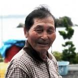 歌津の漁村・寄木浜に250年の伝統を持つ小正月の行事で、大漁と航海の安全を祈願して行われる伝統の子どもの祭り「ささよ」。船頭が船子に漁獲高を分けるまねごとをこの祭りで行うことで、子どもたちは猟師の習慣を学び、大人の仲間入りをしていきます。この祭りの保存に、長年力を尽くしてこられたのが畠山吉雄さんです。